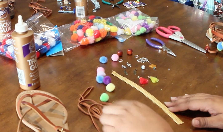 Como-hacer-sandalias-con-pompones